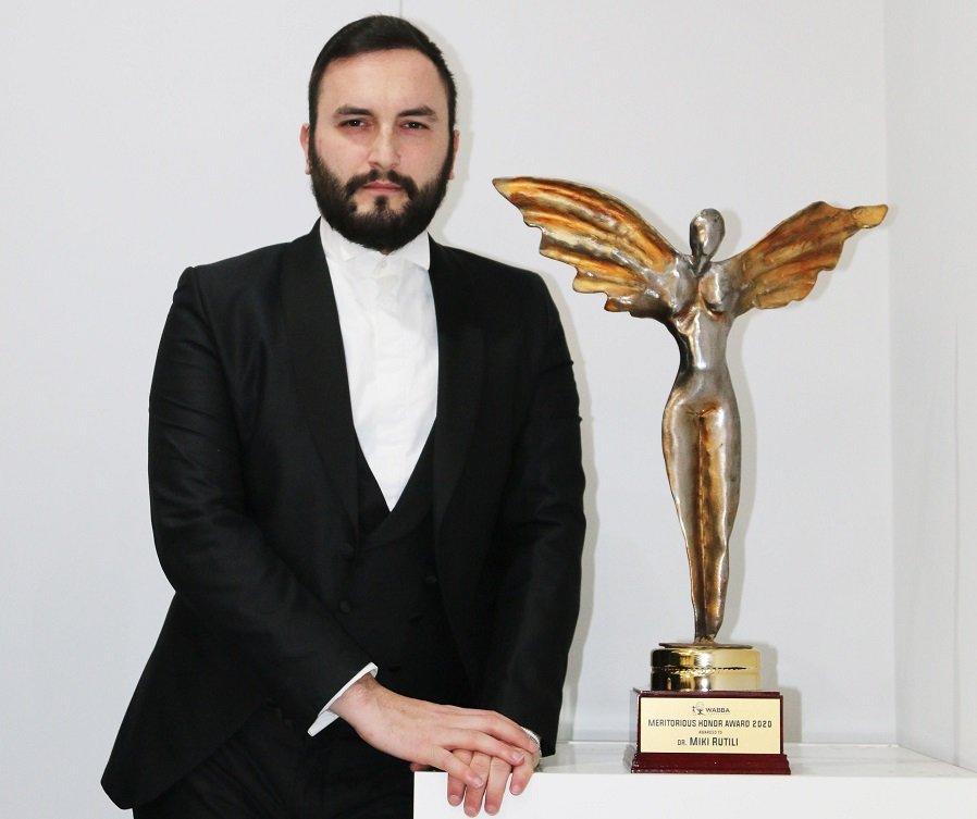 Miki con trofeo meritorious award